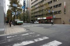 備後町1丁目交差点を真っ直ぐ進むと地下入り口があります。